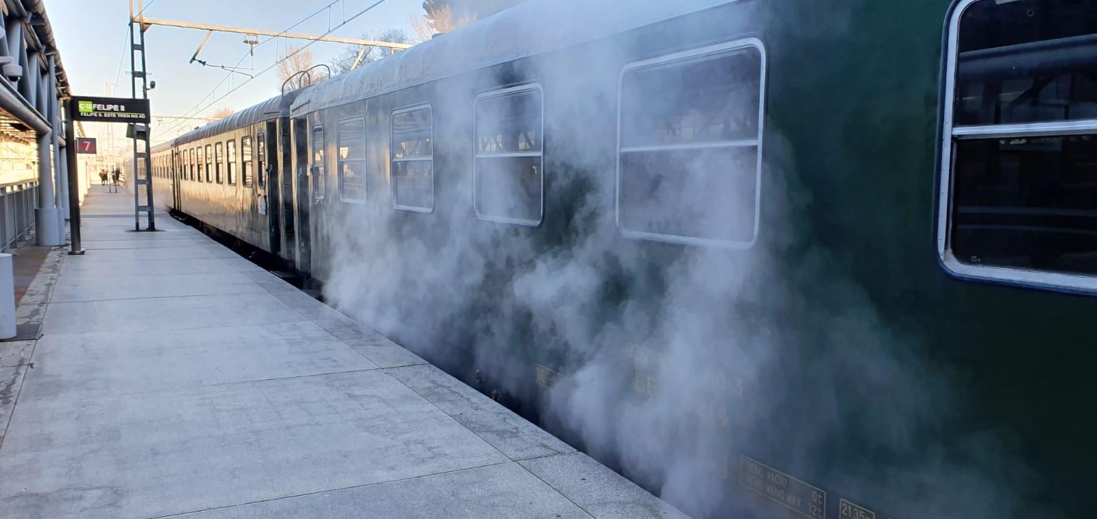 Calefacción a vapor bajo uno de los coches del Tren de Felipe II: museo del ferrocarril rodante.