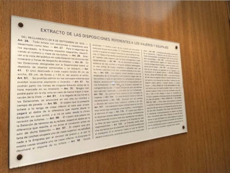 Rótulo de disposiciones legales vigentes desde 1862 sobre viajeros y equipaje del Tren de Felipe II.